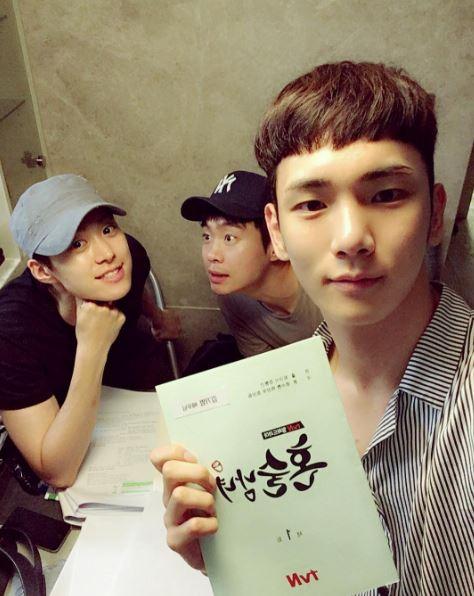 最近也加入了tvN即將在9月分播出的戲劇<獨酒男女>的劇組,晉身演技豆囉~