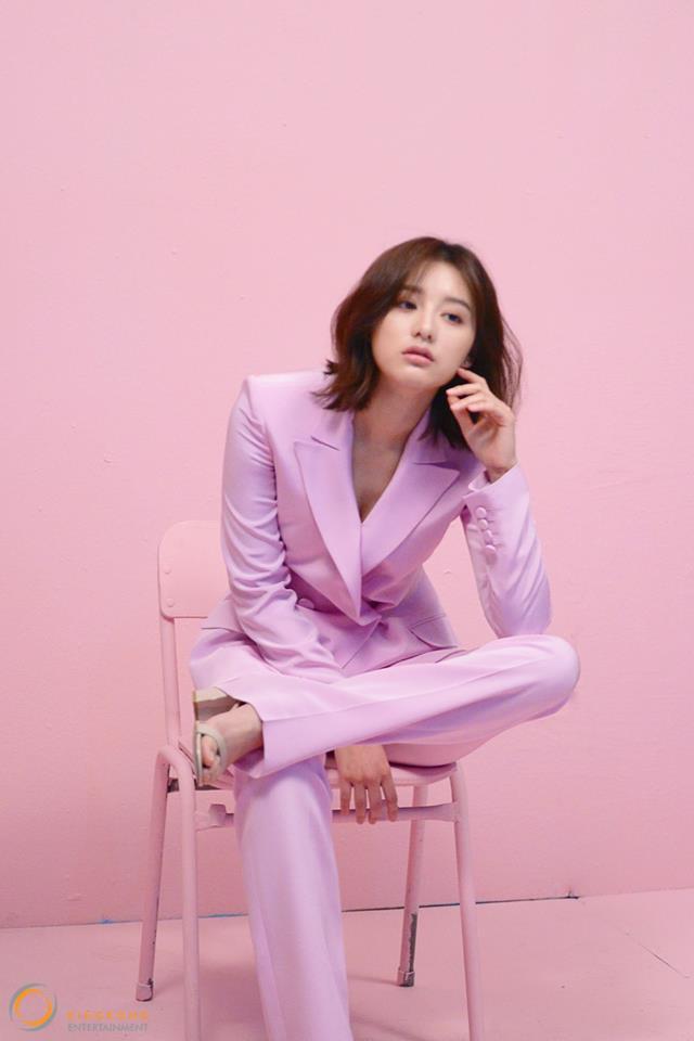 就是這一身衣服連女粉絲也大喊「偶吧,跟我戀愛吧!」智媛真的超級適合這種帥氣的風格,換上粉紅色的西裝再度女友力爆發!