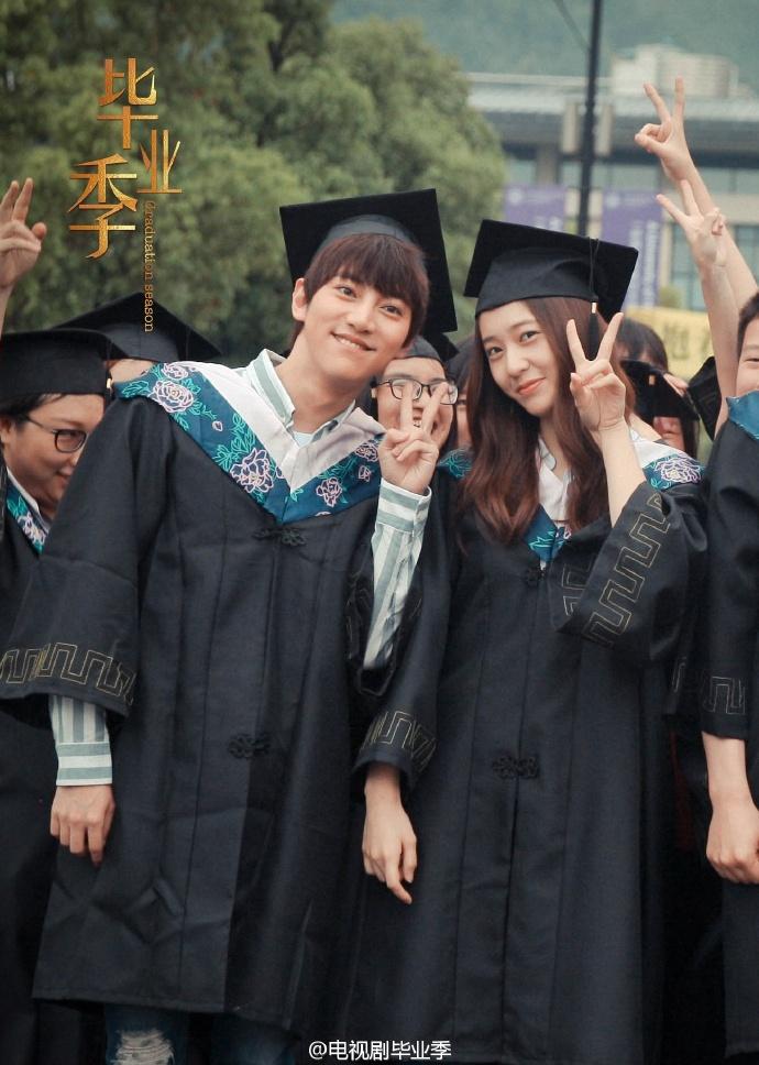 然而在今天(7月12日)官方微博帶來了《畢業季》殺青的好消息!還另外公開了一組畢業照,照片中穿著學士服的Krystal是不是很可愛啊~~~笑容超甜美♡