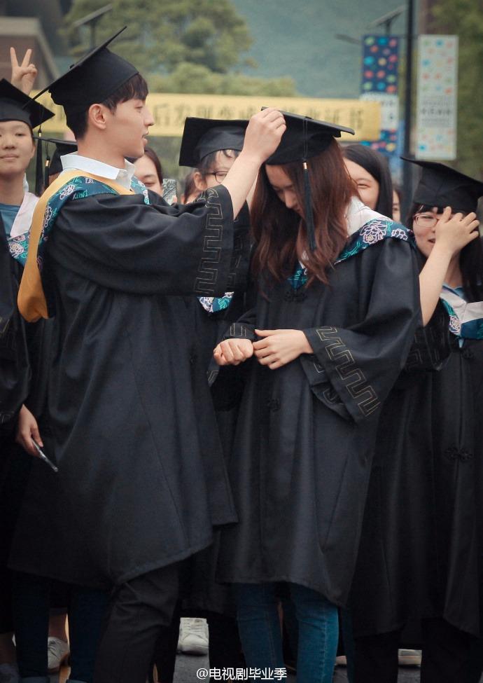另外還公開了這張隔壁男星貼心幫Krystal喬學士帽的照片!!!一般的情況下,男友看見別的男生幫自己女友喬帽子應該會超吃醋吧XD