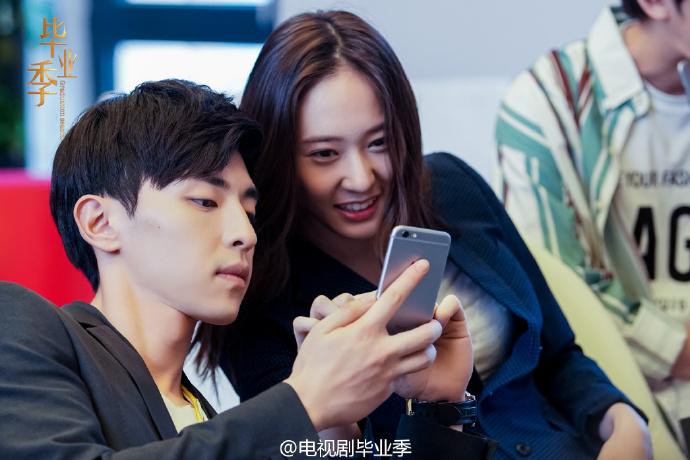 《畢業季》之前公開的幾組照片中,也經常可以看見Krystal和中國男星們相處融洽的照片,冰山公主去哪了XD