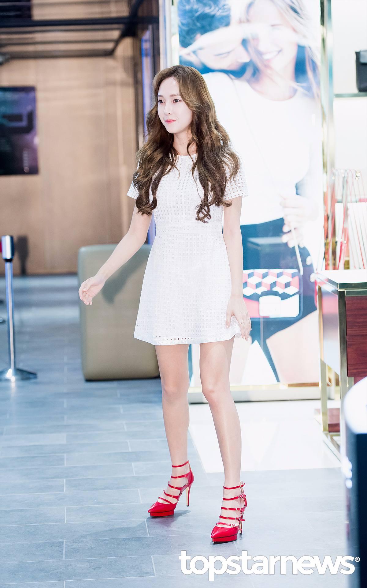 當天她更穿著自家品牌的白色小洋裝,搭配著她的牛奶白皙皮膚,腳踩鮮紅高跟鞋,剛好可以襯著她的珊瑚紅色口紅~