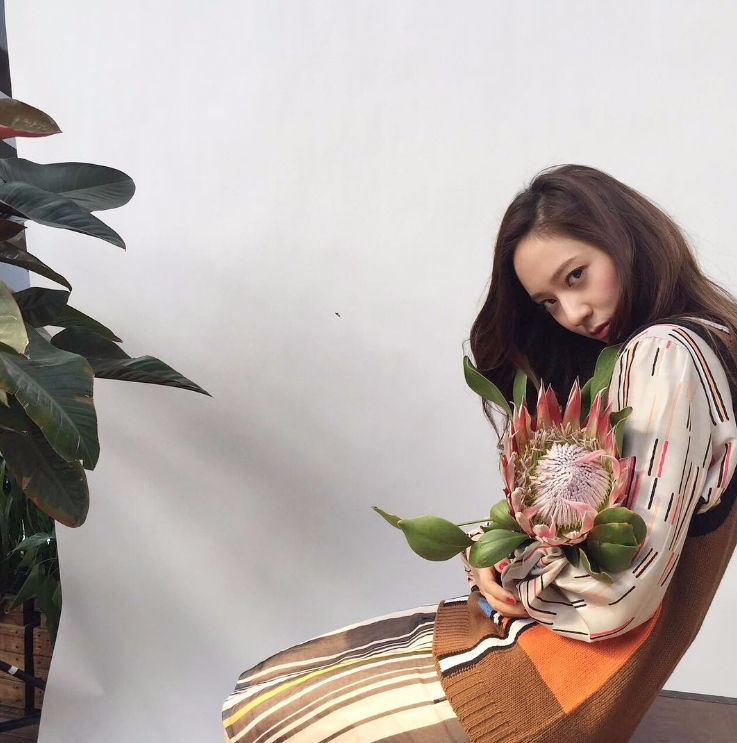 Krystal前陣子除了和Lay合作中國電影《閉嘴!愛吧》,上演了一段中國歌手和韓國舞者萌生愛情並尋找自我的故事以外,也拍攝了電視劇《畢業季》,和多位中國男星合作演出!