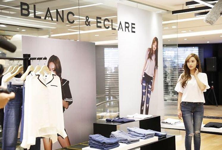然而Krystal不只是在Jessica發行專輯時給予支持,網友們發現Krystal也多次穿上Jessica創辦品牌Blanc & Eclare的衣服來支持姊姊!