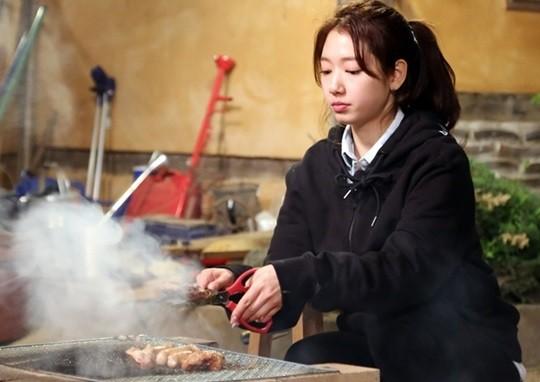 人前人後都一樣的真性情更是朴信惠在演藝圈受合作過的演員們稱讚的原因,光是看到她在大紅之後還是會抽空去父母經營的烤腸店幫忙,就知道她是真的很親民又很真實的偶像啊!