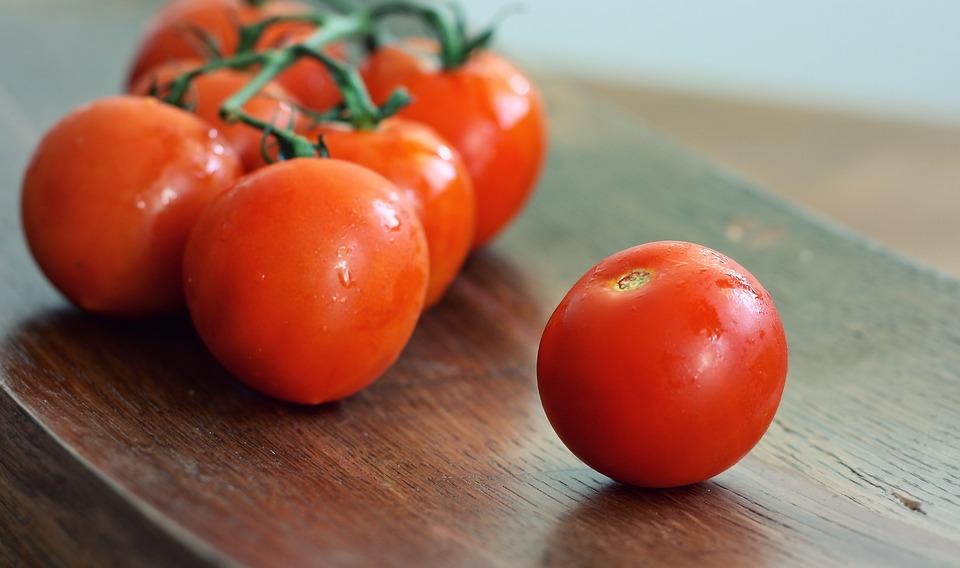 減腹助攻食物:番茄 番茄中所富含的食物纖維,可以吸附腸道內的多餘脂肪,將油脂排出體外。在飯前吃一個番茄,更可以阻止脂肪被腸道吸收,讓你沒有小肚腩的煩惱唷~