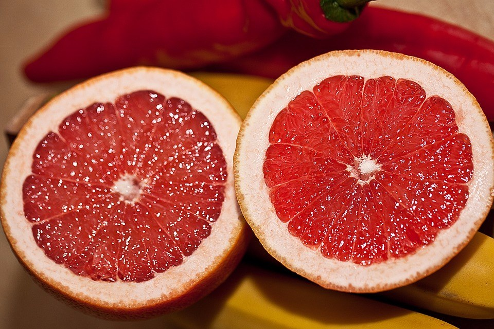 減背瘦臂助攻食物:葡萄柚 背部和肩膀上的贅肉很難減掉,想要瘦背,吃葡萄柚是非常好的選擇,葡萄柚不僅熱量低,而且它還能夠抑製糖分被人體吸收,從而阻礙脂肪的形成。
