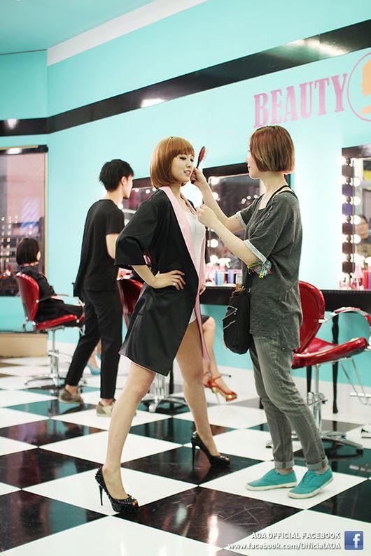 雪炫過去在拍攝《短髮》MV時,這張幕後的照片吸引了網友們的目光,雪炫的禮儀腿看起來超霸氣的啦!!穿著高跟鞋腿張開好像也很辛苦耶~
