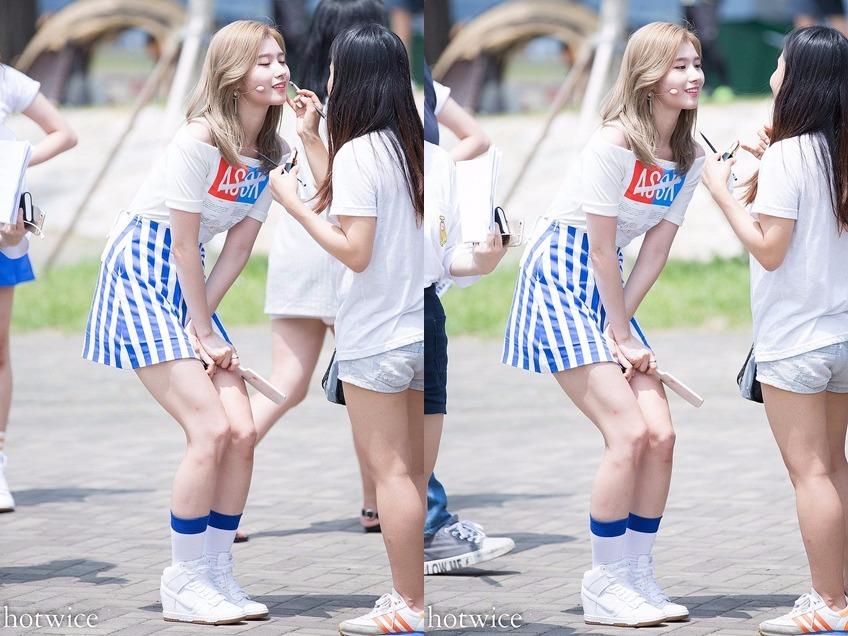 Sana的禮儀腿真的很日本女孩(笑)微蹲感覺比張開腿還要累的說,而且微蹲之餘,還不忘壓住自己的裙子~表情超可愛的啦♥