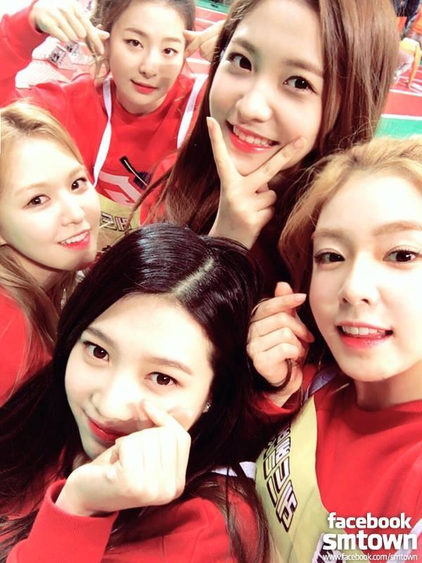 #13. Red Velvet 團名「Red Velvet」是將充滿強烈、魅惑的色彩「紅色(Red)」與讓人感受到柔軟、女性化的物品「天鵝絨(Velvet)」結合在一起的名字,期望將來Red Velvet不論在音樂上或表演上,能夠同時展現強悍與柔軟的多樣面貌,帶給大家不同面向的感官享受