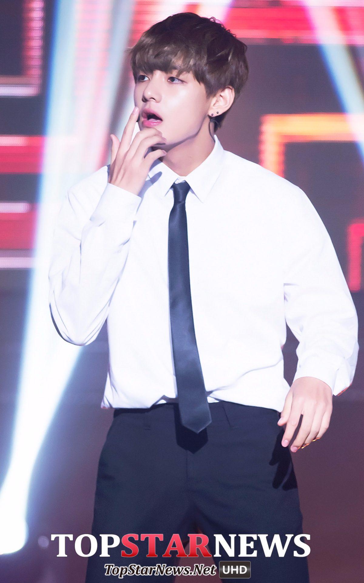 這次是白襯衫黑領帶!防彈少年團的V! 手勢跟微張的嘴唇真的太犯規了!雖然臉蛋沒有太濃厚的大人氣息,但還是好性感~~~
