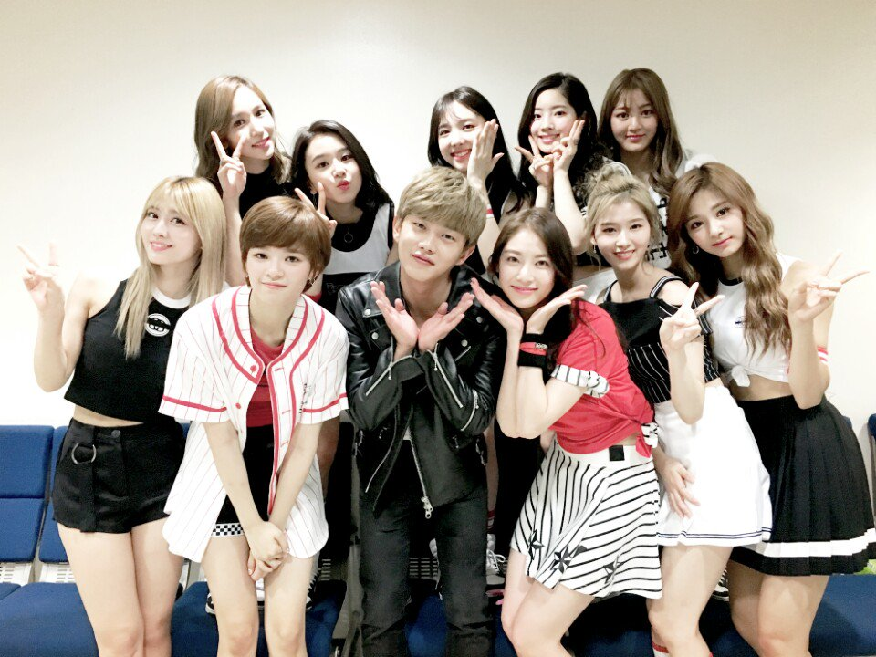 另外還和俞氏姊妹孔昇延、定延一起擔任SBS《人氣歌謠》的新主持人,星途可以說是越來越順啊!