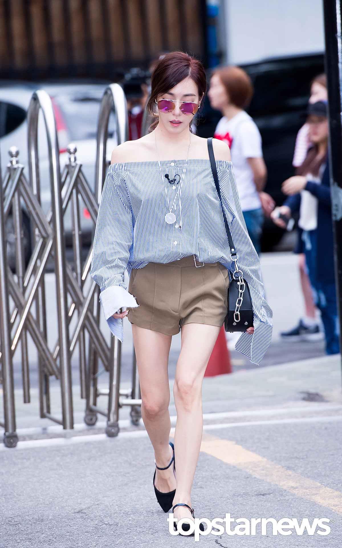 擁有直角肩膀的帕尼真的很喜歡露肩裝,除了露肩裝,今年夏天尖頭的瑪麗珍鞋也很瘦韓妞歡迎。