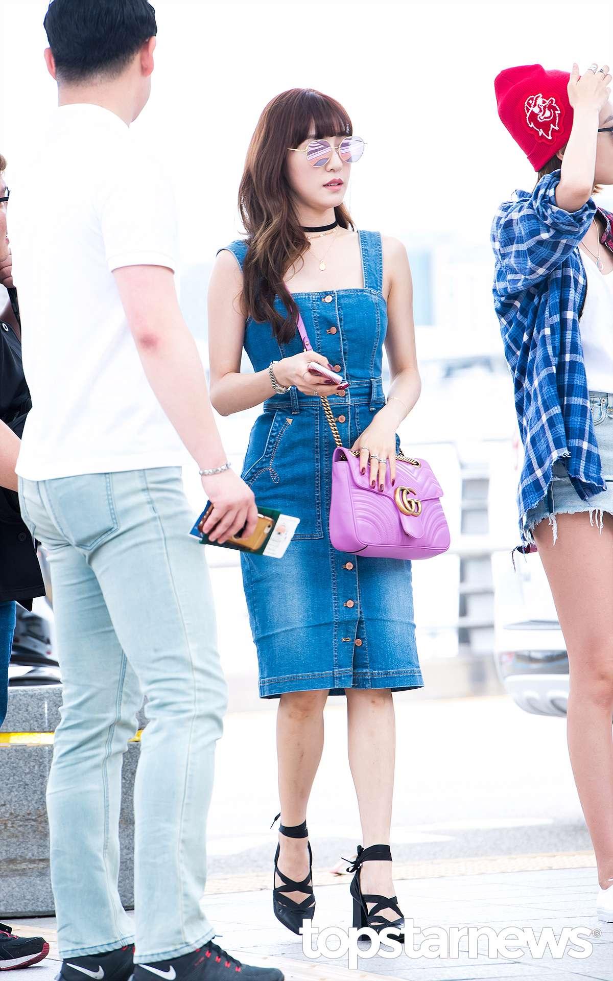 最近暴瘦的Tiffany自歐美曲風出Solo專輯後,連私服Look也偏歐美風了,修身的丹寧背帶裙+尖頭綁帶鞋,充滿了性感的歐美街頭風。