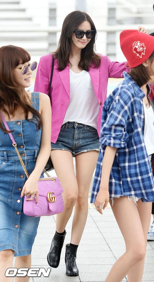 潤娥則是用基本的白T搭配丹寧短褲,加上剪裁簡單而精緻的西服小外套,再用裸靴增加時尚感。
