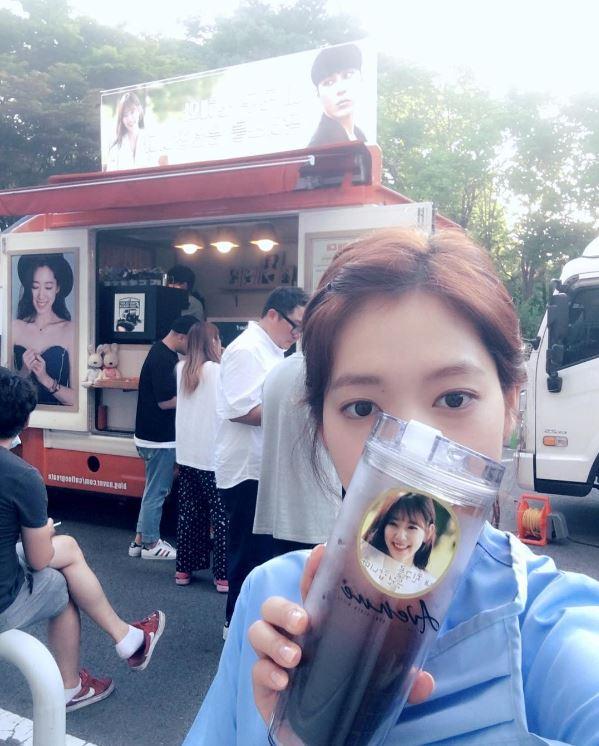 現在演出《Doctors》的朴信惠是韓國女演員中的好人脈代表,不只戲中的故事情節每集都有驚喜,連戲外不時的男神應援也總是讓粉絲大喊「信惠人脈無極限」(已羨慕)