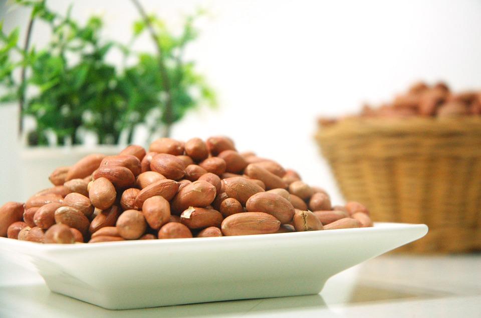 花生中含有豐富的油脂、維生素E,能夠促使女性卵巢發育完善,使得卵細胞增加,刺激雌性激素的分泌,從而達到豐胸的目的...而且花生能增加飽腹感~