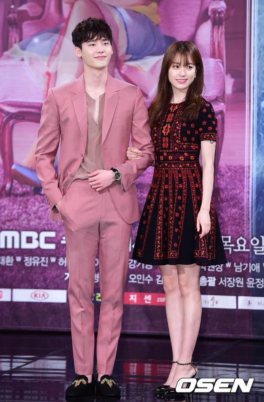 18日下午《W》在首爾開了製作發表會,訪問中看的出來兩位主演的關係挺不錯的~