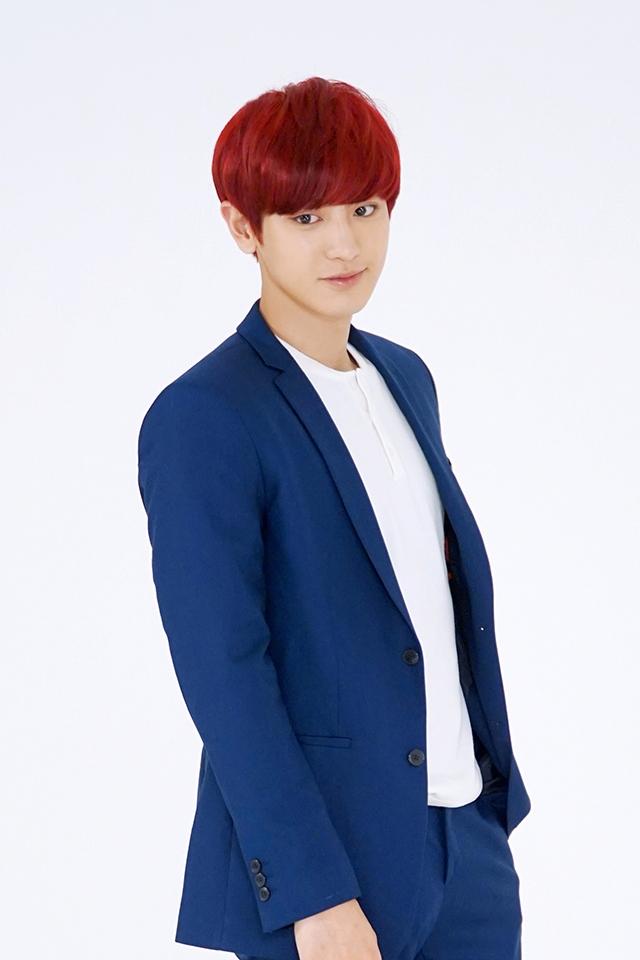EXO中的快樂病毒-燦烈,一雙萌萌大眼和反轉嗓音迷倒了眾多少女,偶爾非常天然呆的他,最近有支遭到成員偷襲打頭的影片,受到許多韓國網友的討論…