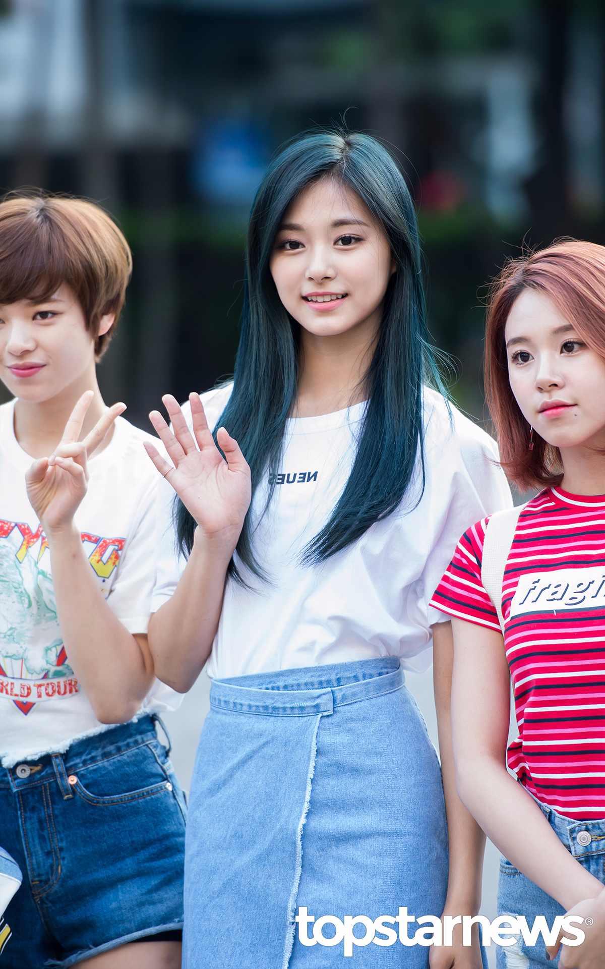 而且之前換上墨綠色的顏色時,還曾經在台灣和韓國掀起一股「神秘色」的染髮風潮。不過雖然髮色每每受到注意,但你一定也注意到…