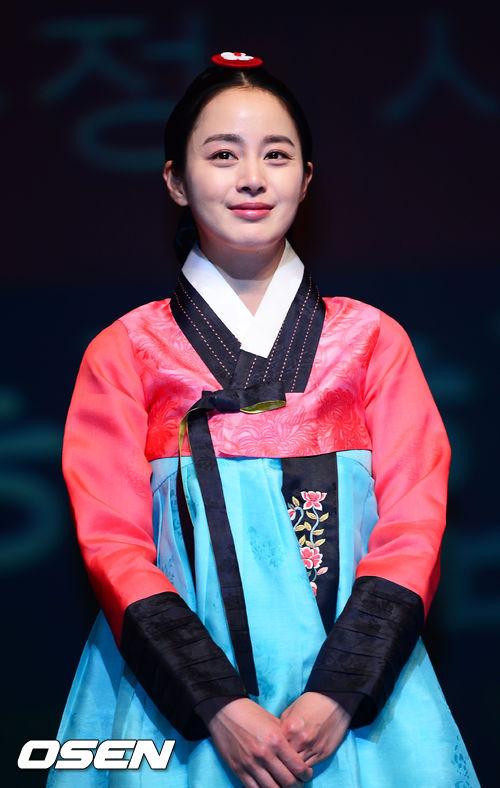 當之無愧是金泰熙啦!高學歷女神的氣質配上韓服,可以說是韓國人人心中的光榮阿!