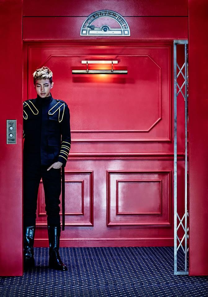 當他進了電梯後,站在樓層按鈕的前面...