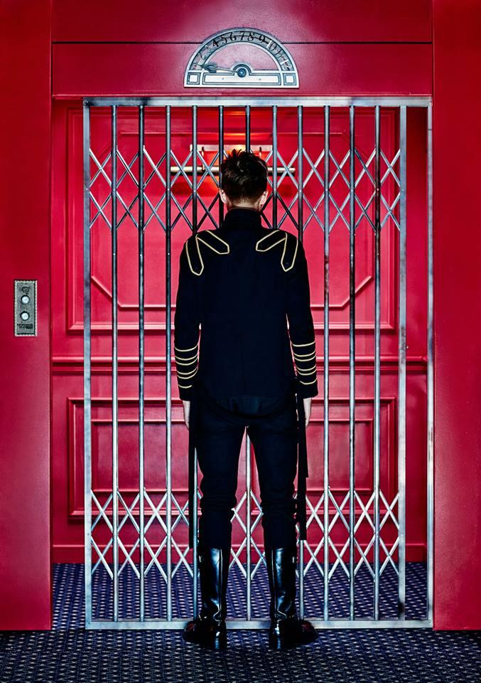 故事背景(?)是 쩔어(Dope)的概念照,首先,大家可以看到 Rap Monster 一個人站在電梯前面。