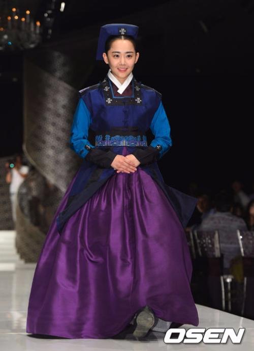 韓服經典美女在此!永遠的國民妹妹文瑾瑩~~ 站在那裏氣質就出來了超典雅!