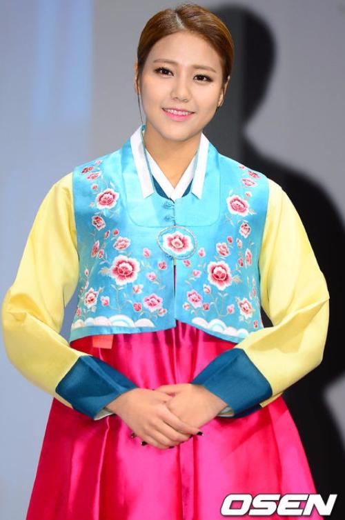 女偶像的部分,說到AOA,網友覺得惠晶比雪炫更適合韓服!笑起來很溫暖的她深受喜愛呢~(其實覺得兩個人穿起來有不一樣的特色拉!
