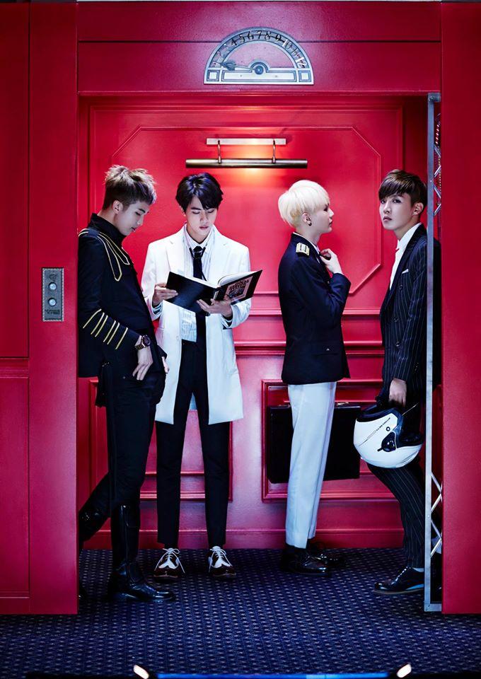 當哥哥 Line 的成員都走進電梯後 緊接著就是 BTS 最童顏的大哥 Jin。