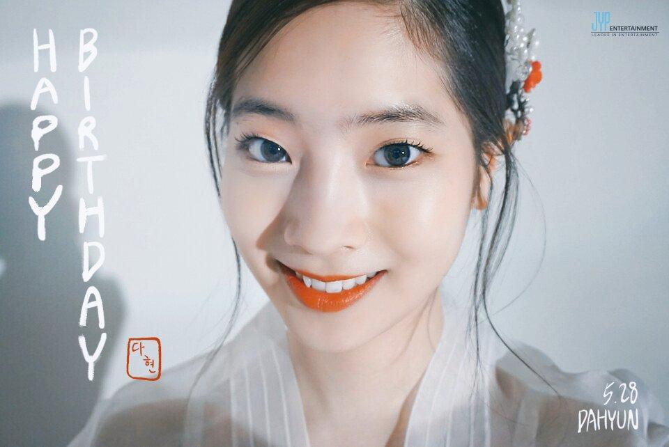 小可愛多賢!雪白肌膚配上紅唇跟韓服真的讓人在MV中一秒被抓住目光~~~