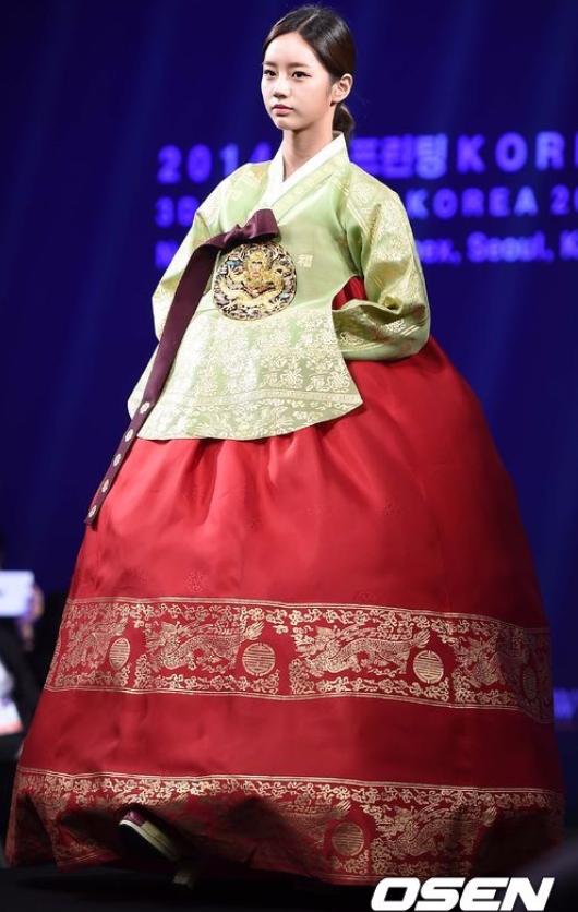 還有惠利~~~尚未成為演員惠利的時候穿上韓服就讓人發現她很適合演一些史劇阿!