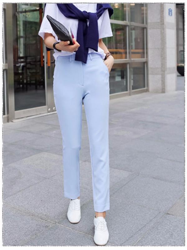 白色T恤搭配九分褲,對於辦公室女孩而言,這樣的搭配再合適不過了!T恤不會給人拘束的感覺,但長褲又會有不隨意的視覺效果,二者相互協調;而且褲長到腳踝的位置除了給人時尚的感覺,也會有拉伸腿長的作用。