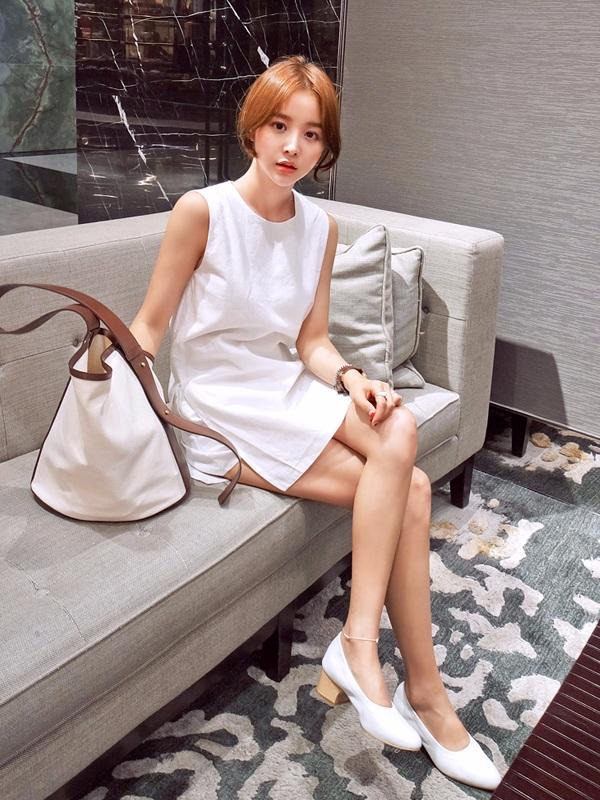白色單品 X 白色單品 白色裙子搭配一雙白色鞋,整體上相得益彰,給人清爽簡潔之感~
