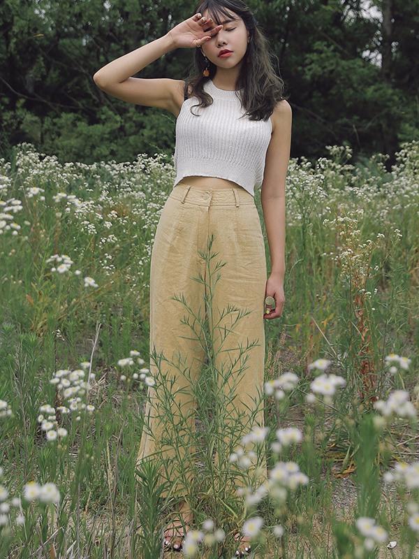 背心/吊帶 X 寬褲 緊身背心讓上身的曲線盡顯,高腰寬褲能夠提升腰線,拉伸腿部線條;而且上緊下鬆的搭配,會有一種步履生風的感覺,十分的飄逸。