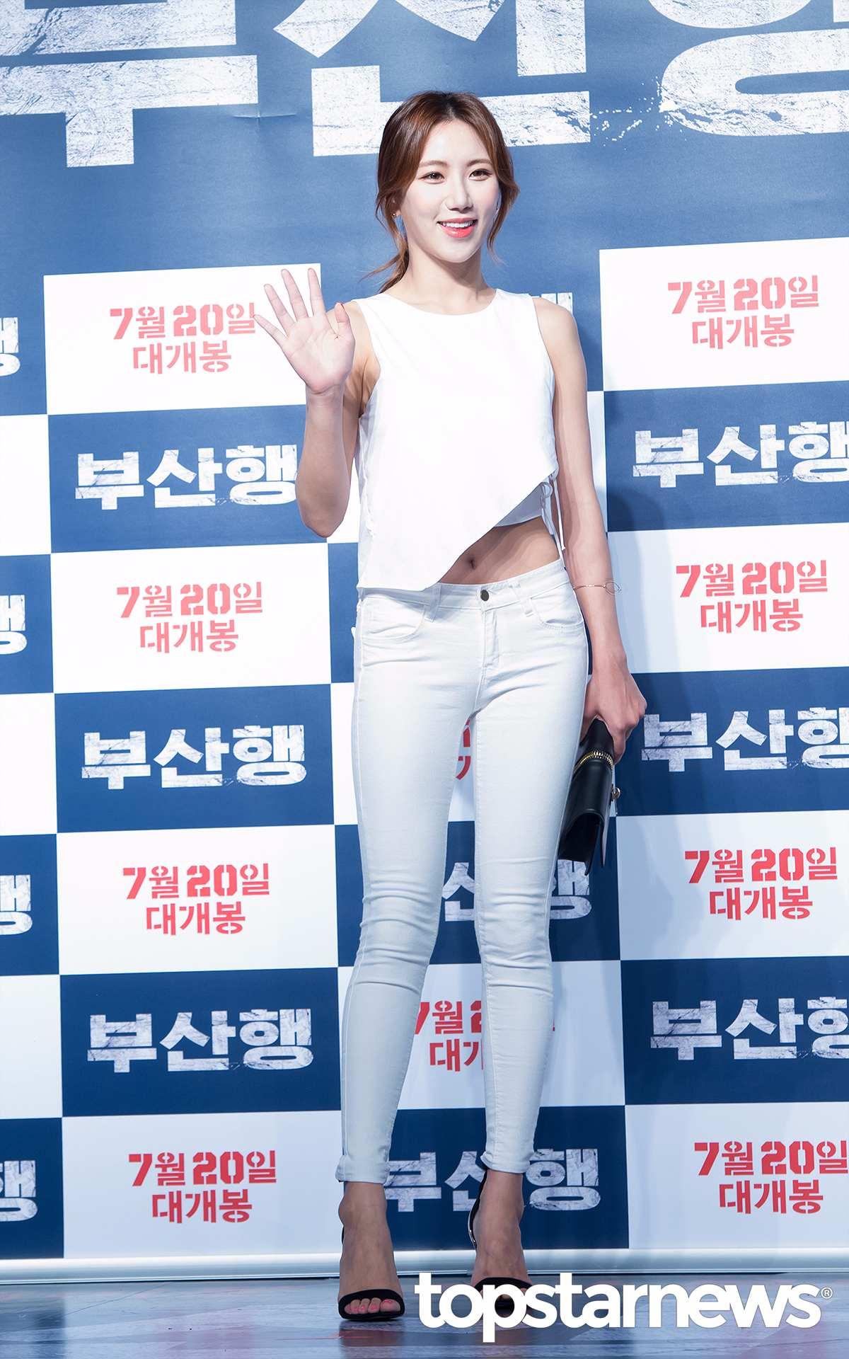 白衣無袖上衣搭配白色緊身褲,視覺上非常的統一,黑色一字帶高跟鞋又讓整體搭配不會顯得單調~