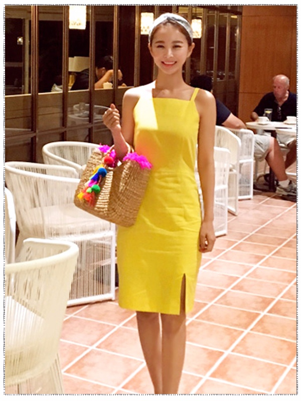 裙角開叉非常有office lady的感覺,但是搭配整體的設計又不會給人刻板的印象,同時明黃色的連身裙跟人青春活力的感覺,能夠讓人看出現在的你雖然還是職場菜鳥,但是非常的有激情,對未來充滿信心!