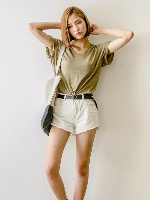 T恤 X 牛仔褲 最簡單的搭配,沒有之一!扎上皮帶,增添了一點男友了;若是只塞一點衣角在褲子裡面,又會營造一種慵懶的感覺..
