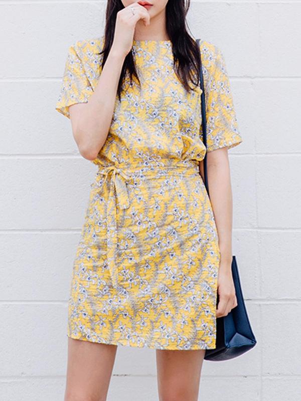 印花連身裙 X 高跟鞋 黃底淺藍碎花,非常的小清新,適合小女生穿著;純棉的材質也非常的舒適透氣~