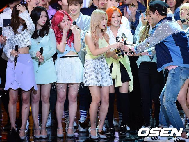 還有目前共計奪下了16座冠軍盃的Red Velvet!連上次以抒情歌《7月7日》迎戰都能奪下冠軍,可見粉絲軍還是很穩固的!