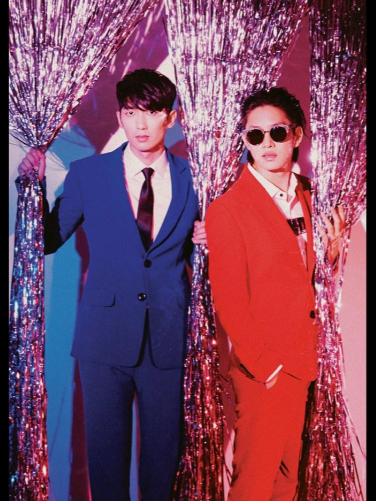 回到男團的部分,首先是作曲作詞MV導演到宣傳、招攬MV主角都一手包辦的M&D 希澈(SJ)和政模(TRAX)!前陣子剛推出禮物組合的他們這次以韓國傳統音樂Trot曲風回歸~