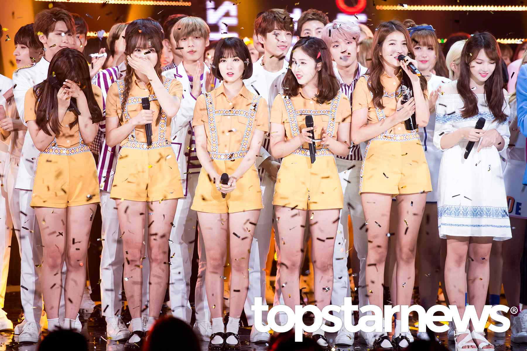 但是站在成員之中,纖瘦的身材總是特別容易讓人注意到 (是Sowon太瘦了QQ~成員沒有很胖拉)