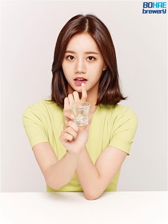 但是,粉絲們可能要失望了...因為根據韓國法律規定未滿24歲代言酒類商品無法在電視上播放廣告....ㅠㅠ