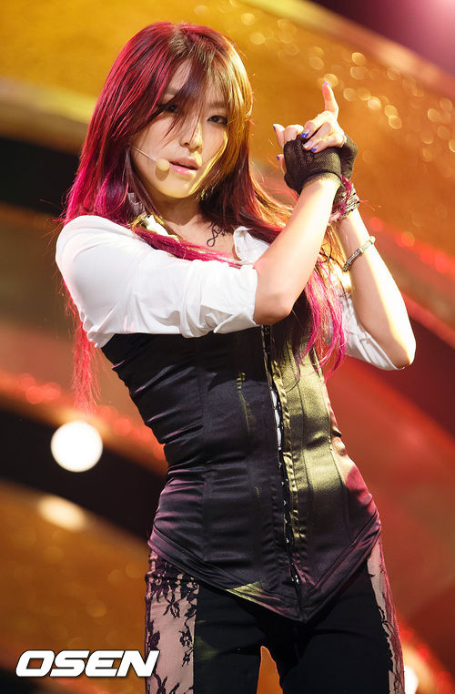 對啊~其實寶拉跳舞真的很有魅力,只是大家對她跳舞的印象沒有太多而已~她不只在2012年SBS歌謠大戰有過和舞群的舞蹈表演~