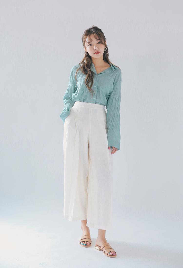 既然白色寬褲已經夠低調了,上衣不妨選亮色系的來點亮造型。