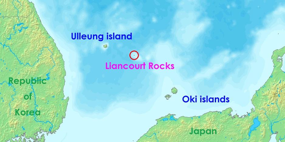 獨島是圖片中紅圈起來的礁島群,剛好位於韓國與日本的中間,兩國互相爭奪獨島的主權,在韓國稱為「獨島」,但在日本稱為「竹島」