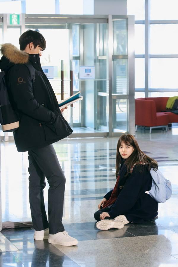 ✿TOP 3- KBS2《任意依戀》 話題佔有率:12.26% ➔下降1個名次 ※講述男女主角年少時結下惡緣黯然分離,長大後以巔峰高冷男巨星申俊英(金宇彬飾)和卑微勢利的紀錄片製作人盧乙(裴秀智飾)的身份相遇,進而展開一連串的愛情故事。