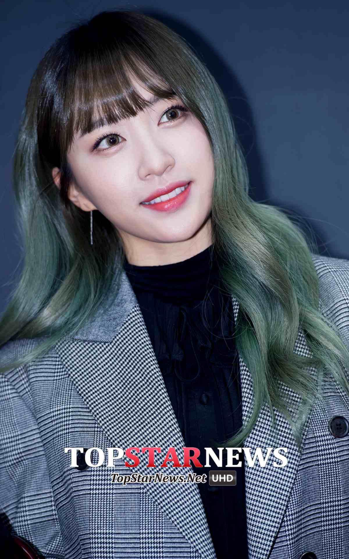 首先是棕綠色的Hani~妝容很精緻的Hani在舞台上絕對會配戴放大片,出門沒有放大片的照片反而超難找XD特別這時期從髮型到眼睛都偏同一色系的感覺非常漂亮!