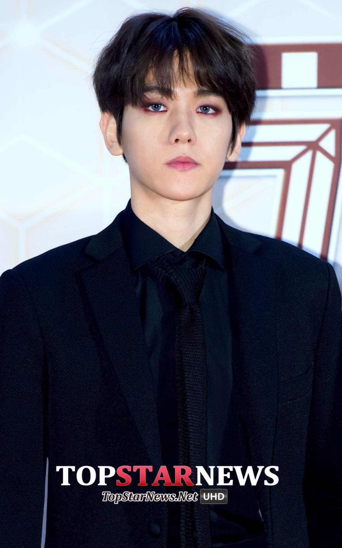 說到EXO,不能忽略的當然是我們伯賢啦!一樣是偏藍色的變色片配上紅色系眼妝之後,板著臉真的就是吸血鬼阿!(貢獻脖子,快來吸我!
