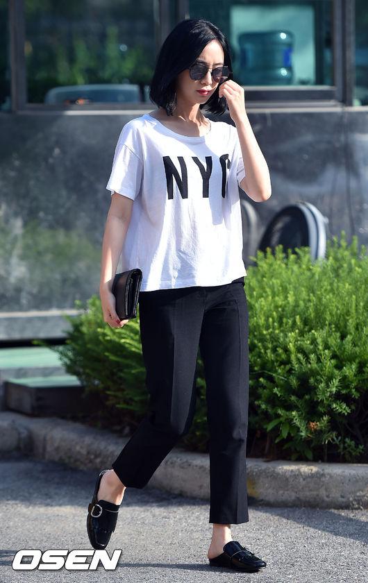 雖然是跟多順一樣穿了西褲和皮鞋,但惠林卻搭配一件寬鬆的白T+手拿包,就比較街頭風了。